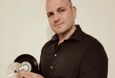 ist für Trainings beim Hörgeräteakustiker im Süden und Osten von Deutschland zuständig. Als Hörakustik-Meister und ambitionierter DJ und Produzent im Bereich Techno und elektronische Musik begeistert er die Herzen von Jung und Alt.