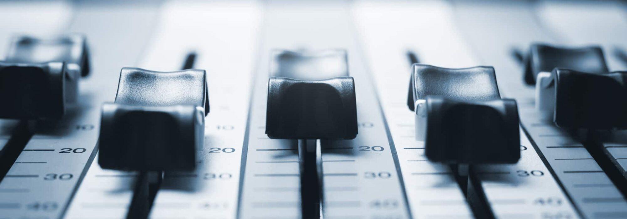 """Wie es die kommerzielle Ausrichtung der Musikveredelung übertreibt, um gezielt mehr """"Gehör"""" zu finden."""